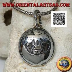 قلادة ميدالية فضية مستديرة مع كوندور (طائر مقدس من حضارة الإنكا) على القمر