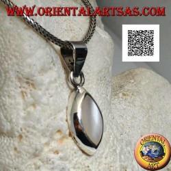 Ciondolo in argento con madreperla a navetta su montatura liscia ed essenziale