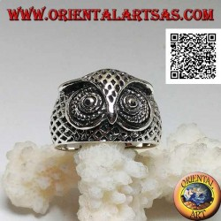 Silberring in Form eines Eulenkopfes mit mit Schnitzereien verzierten Augen
