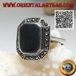 خاتم من الفضة مع أونيكس مستطيل مشطوف في الزوايا محاطة بماركاسيت