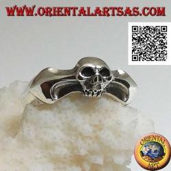Anello in argento, teschio piccolo su un osso a freccia bidirezionale