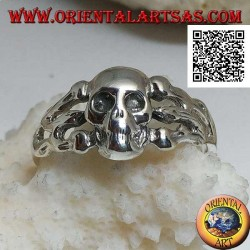 Silver ring, smooth skull supported by three bones on the sides