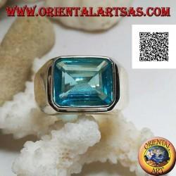 Anello in argento con topazio azzurro rettangolare in orizzontale rialzato su montatura liscia