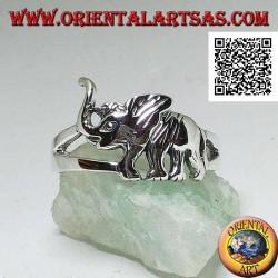 Anello in argento con elefante asiatico in cammino e proboscide in sù