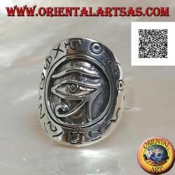 Anello in argento a scudo con occhio di Horus (occhio di Ra) in rilievo contornato da geroglifici incisi