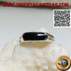 Silberring mit horizontal verlängertem sechseckigem Onyx bei glatter Einstellung
