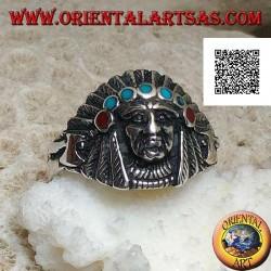 Anillo de plata, cabeza de indio americano con tocado de plumas y discos de turquesa y coral