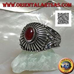 Anello in argento con corniola ovale a cabochon contornata da raggi realizzato a mano