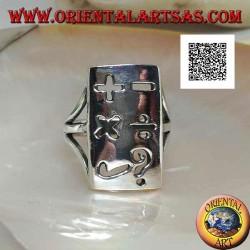 Anello in argento liscio con piastra rettangolare e simboli matematici traforati