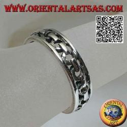 Anello in argento a fascia lavorata, catena traforata tra due linee