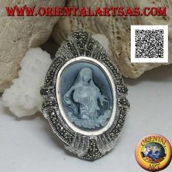 Spilla ciondolo con cammeo ovale della Madonna in gesto caritatevole con cornice in tempestata di marcassite