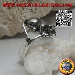 Anello in argento con gatto disteso in posizione offensiva pronto al balzo