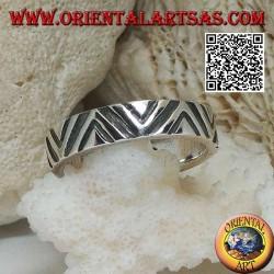 Anello a fascia in argento con incisioni sottili e spesse a V