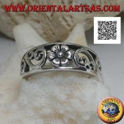 Anello a fascia in argento con fiore e decorazioni naturali traforate