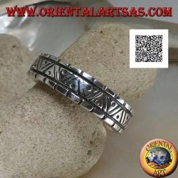 Anello a fedina in argento con incisioni di forme geometriche varie