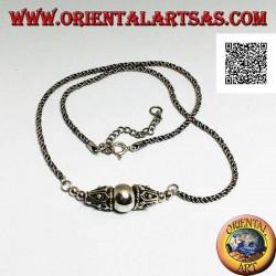 Collana in argento a maglia arrotolata con sfera liscia centrale tra due coni decorati