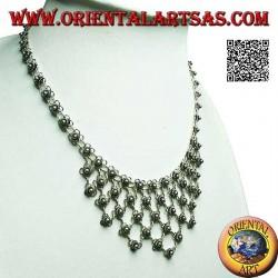Collana in argento a girocollo di fiorellini concatenati  con decorazione floreale sul petto