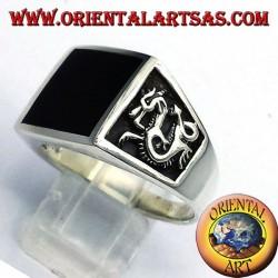 Herrenring mit Onyx und Drachen