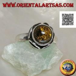 Anello in argento con ambra verde tonda cabochon contornata da semicerchi in altorilievo