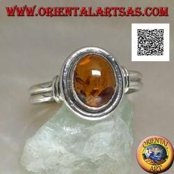 Anello in argento a due con ambra ovale con contorno liscio e due righe laterali