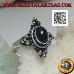 Anello in argento con onice ovale contornata da intreccio e tris di palline sui quattro punti cardinali