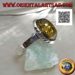 Bague en argent avec ambre cabochon vert ovale et gravures obliques sur les côtés (19)