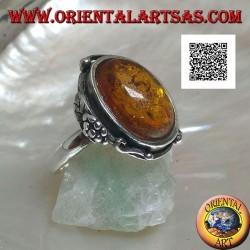 Anello in argento con ambra ovale cabochon con due palline e una foglia sul bordo (sottile)