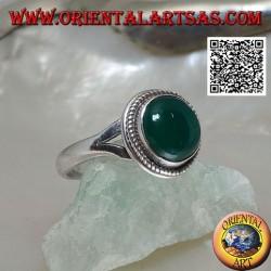 Anello in argento con agata verde tonda a cabochon contornata da intreccio aggaciata a due