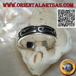Anello a fedina in argento con disegni ad U stilizzati in bassorilievo