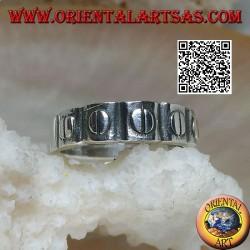 Anello a fedina in argento con dischetti incisi in rilievo