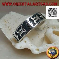 Anello fedina in argento con motivo artistico orientale in bassorilievo