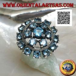 Anello in argento con 19 acquamarina tondi incastonati disposti su tre cerchi concentrici su tre livelli