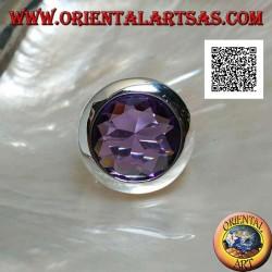 Anello in argento rodiato con zircone color ametista a taglio rotondo sfaccettato e bordo liscio
