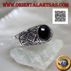 Silberring mit ovalem Cabochon-Onyx und Blumendekor im Basrelief