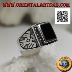Silberring mit erhabenem rechteckigem Onyx und Flachreliefadler an den Seiten