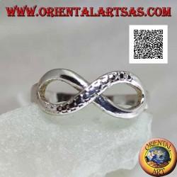 Anello in argento con simbolo nodo dell'infinito con una linea liscia e l'altra a pelle di serpente