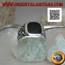 خاتم من الفضة مع جزع مستطيل دائري وأقمار مقطوعة على الجانبين