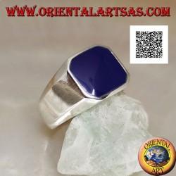 خاتم فضي مع عقيق أزرق مربع مشطوف يتدفق مع الحافة في إعداد سلس