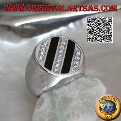 Runder silberner Ring mit schrägen Reihen aus Onyx und runden weißen Zirkonen