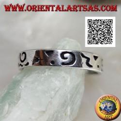 Anello fedina in argento con incisioni miste