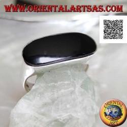 Silberring mit länglichem ovalem Onyx, perforiert mit der Kante auf einem glatten Rahmen