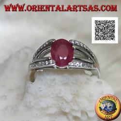 Anillo de plata con rubí ovalado natural engastado con dos líneas de circonitas y dos de plata