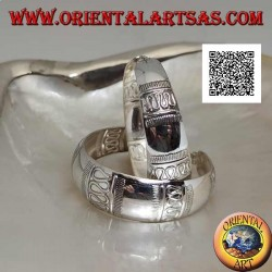 Silberne Ohrringe mit einem großen konvexen Kreis, gemeißelt mit geraden und gewellten Linien von 40 mm. (nicht oxidiert)