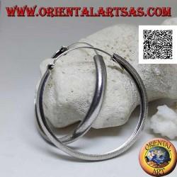 Orecchini in argento a cerchio largo bombato con lavorazione a linee spezzate incise da 50 mm