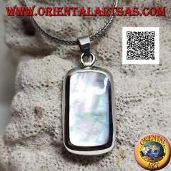 Ciondolo in argento con madreperla rettangolare tondeggiante incastonata a filo bordo su montatura liscia