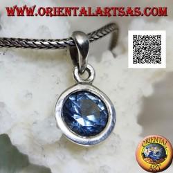 Ciondolo in argento con topazio azzurro tondo a taglio diamante incastonato a filo su montatura liscia