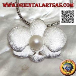 Silver pendant in the shape of 2 overlapping satin clovers with a central white pearl