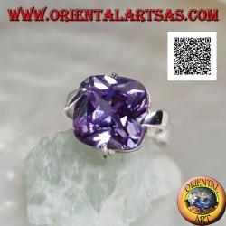 Anello in argento rodiato con zircone color ametista chiara quadrato agganciato sul centro dei lati