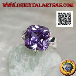 Ring in rhodium-plated silver with square clear amethyst-colored zircon hooked on the center of the sides