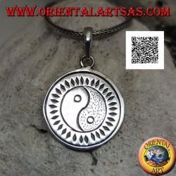 Medalla redonda colgante de plata grabada con yin yang Tao (T'ai Chi T'u) rodeada de rombos